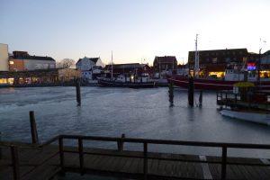 winterliche Abendstimmung am Hafen