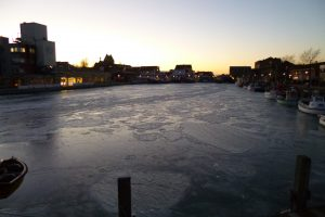 vereistes Hafenbecken am Abend